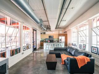 Industrial bright & airy loft with balcony & view, Los Angeles