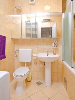 Bathroom, bathtub, shelves with mirror, clean towels