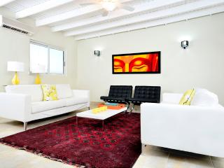 Modern 3 bedroom Luxurious Home walk to beach, Palm/Eagle Beach