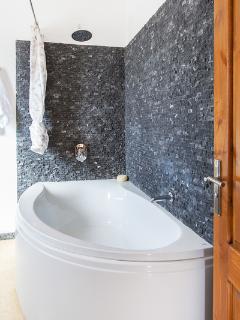 Large Corner Bath with rain shower