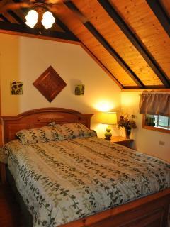 Bedroom w Queen bed, linens included