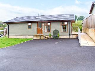 LAVENDER LODGE, quality detached lodge with king-size master, en-suite, pet welcome in Charlton Horethorn village, Ref 12644