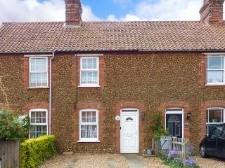 PENNY COTTAGE, enclosed garden, pet-friendly, open fire, Ref 912405, Heacham