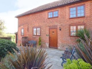PUNCH COTTAGE, ground floor bedrooms, en-suite, shared garden with pond, in Saxmundham, Ref 911560