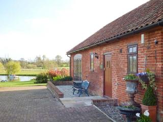 BARN OWL COTTAGE, all ground floor, parking, shared lawned garden, in Saxmundham