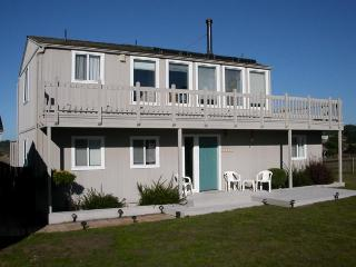 Pet-friendly home for 4 w/ocean views & patio; fireplace, Mendocino