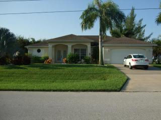 Villa Corona, beautiful waterfront villa with pool, Cape Coral