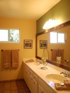 Main bathroom w/ dual sinks, tub & shower