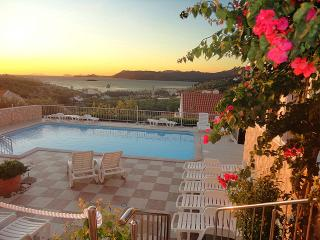 Romantic getaway with fabulous view, pool,jacuzzy, Cavtat