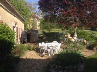 Spacious hilltop farmhouse - private heated pool, Saint-Martin-de-Ribérac