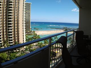 Ocean view and steps to the beach = paradise., Honolulu