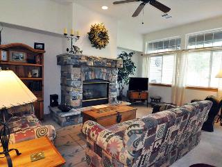 ROBIN LANE 3 bed/3.5 bath Mountain and Pond Views in Upscale Neighborhood, W/D, Hot Tub, King Bed, Silverthorne