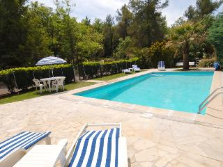 Charming country B&B with pool (sea, 30mins away)., Neoules