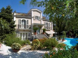 6 bedroom villa with pool in Sorrento centre