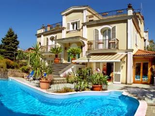 6 bedroom villa with pool in Sorrento centre