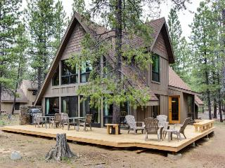 Sunny cabin w/ private hot tub, SHARC access & entertainment!