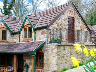 THE GRANARY, WiFi, child-friendly, open plan livign area, character cottage near Llangollen, Ref. 906211