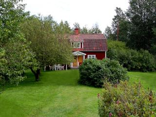 Comfortable cottage for 8. Near  lake and river.