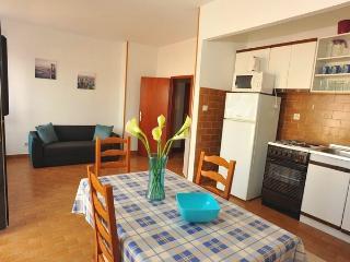 13189 - Apartments Jerko, Sutivan