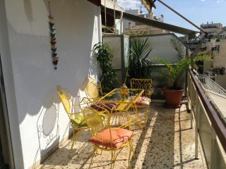 Happy apartment  close to EVERYTHING!!, Athènes