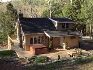 Picturesque Treetop Cabin in the Woods--Hot Tub!!, Dingmans Ferry
