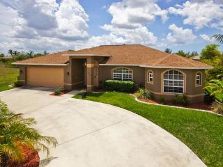 Beautiful 4 Bedroom Canal Home with Heated Pool, Cape Coral