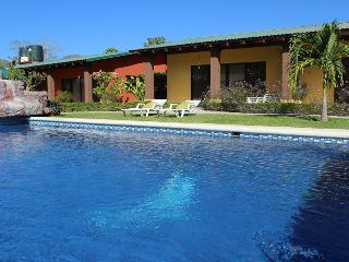 Colorful gardens, pool, hammocks and bbq! 6 Person, Playa Flamingo