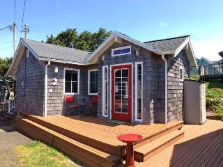 Gorgeous dog-friendly studio w/ ocean views, quick beach access, large deck