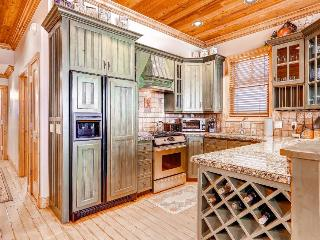 Home w/private hot tub; resort attractions; mountain views