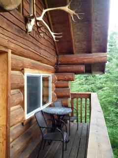 Caribou Crossing Cabins Lodge Grizzly Deck