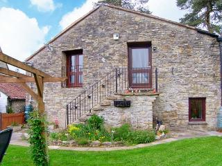 THE BARNS, WiFi, enclosed, lawned garden, Ref 29846