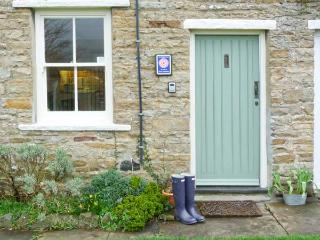 LAVENDER COTTAGE, romantic cottage with open fire, patio, heart of Askrigg Ref