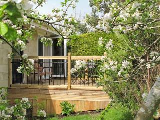 BATH GARDEN ROOMS, WiFi, off road parking, ground floor cottage close to Bath ci
