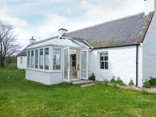 COULNAKYLE COTTAGE, open fire, pet-friendly, child-friendly, WiFi, detached cottage near Nethy Bridge, Ref. 912454