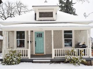 Stylish Downtown Cottage, Sleeps 10, Hood River