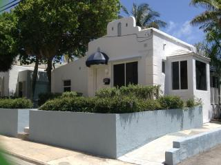 Beach Cottage at Hollywood Boardwalk, Spacious with Ocean View