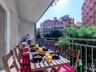 5 bedrooms, 2 baths near Sagrada Familia!