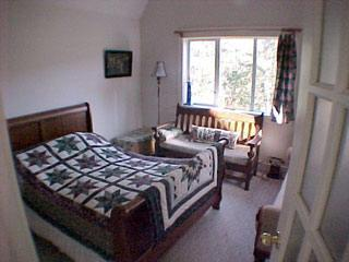 Lilac House Country B & B  The Pre-Raphaelite Room, Sooke
