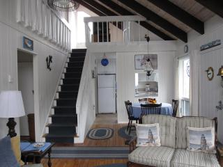 Cheerful Vacation Home, walk to private Cape Cod Bay beach