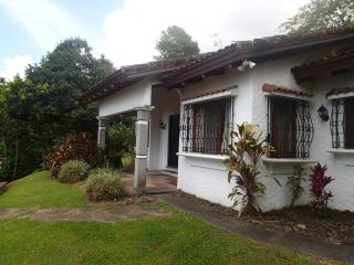 Casa Paraíso - Comfortable Private with Lake View, Nuevo Arenal