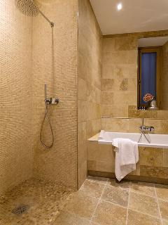 Large bathroom with Tub-for-Two