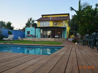 Beatiful Villa with large Garden and POOL 7 minutes from the Sea, Herzlia