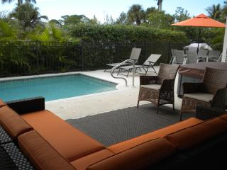 Luxurious Tropical Oasis 4 BR/2.5 w/Pool & Dock, Bonita Springs