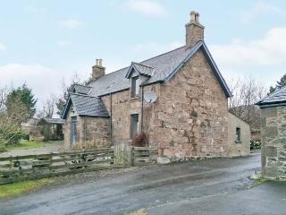 THE FARMHOUSE, pet-friendly, open fire, flexible sleeping, attractive views, detached cottage near Edzell, Ref. 904197