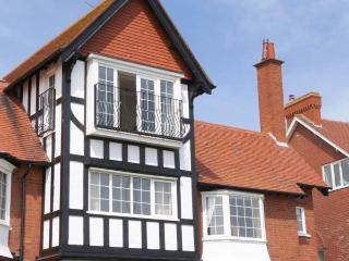 SANDY SHORE, beachfront, off road parking, balcony overlooking bay, Ref 906727, Bridlington