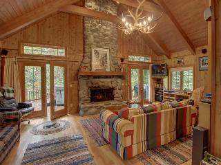 Historic dog-friendly waterfront cabin w/hot tub & Salmon River access, Welches