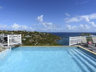 Ocean Views, Ideal for Couples & Friends, Private Pool & Jacuzzi, Spacious & Bright, Marigot