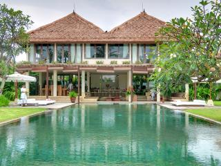 Shalimar: Beachfront luxury villa/ 4 BDR, Canggu