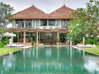 Shalimar: Beachfront luxury villa/ 4 BDR, Canggu