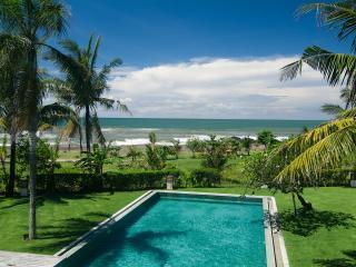 Shalimar: Beachfront luxury villa/ 12 BDR, Canggu